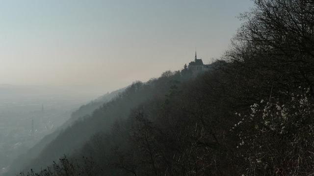 Kirche im Dunst (Mariensäule)